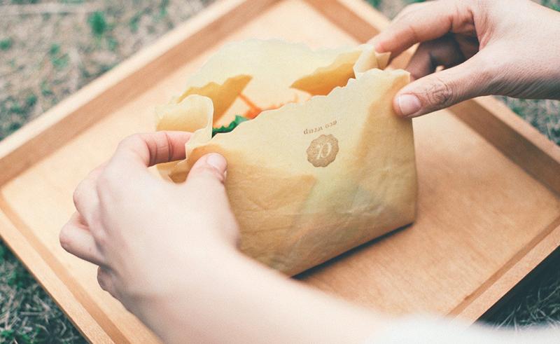 Lサイズのエコラップを折って袋状にし、サラダミックスを保存する様子