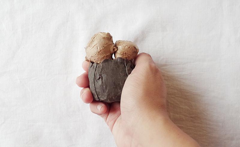 泥色のSサイズで生姜を巻いている右手