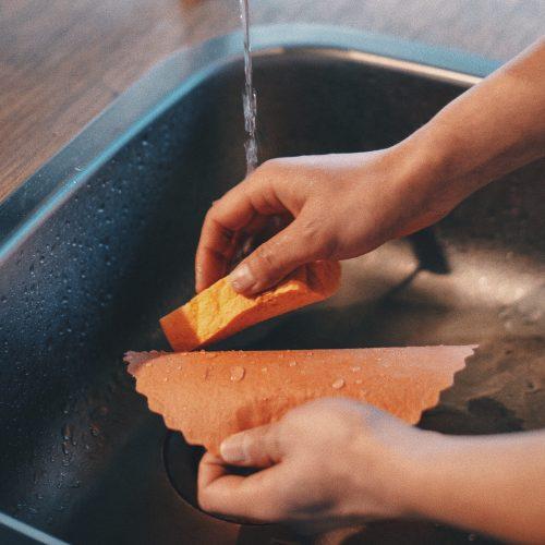 エコラップをセルローススポンジで洗う様子
