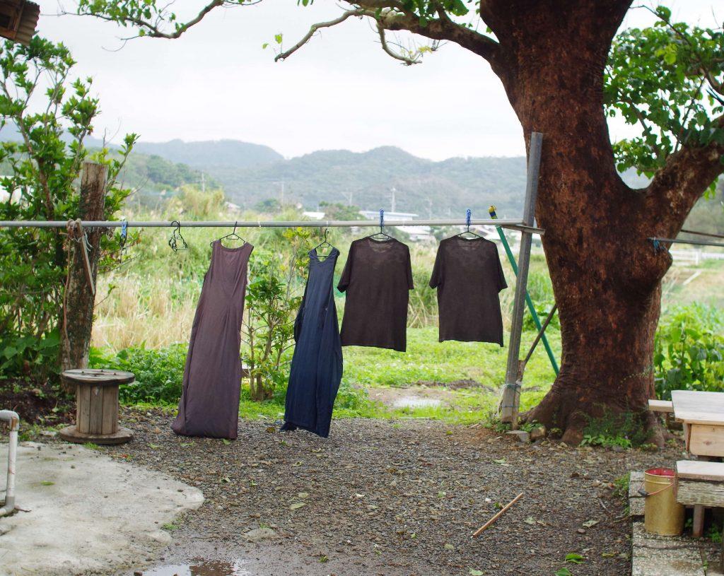 奄美大島の泥染めでアップサイクルしたワンピースとTシャツ