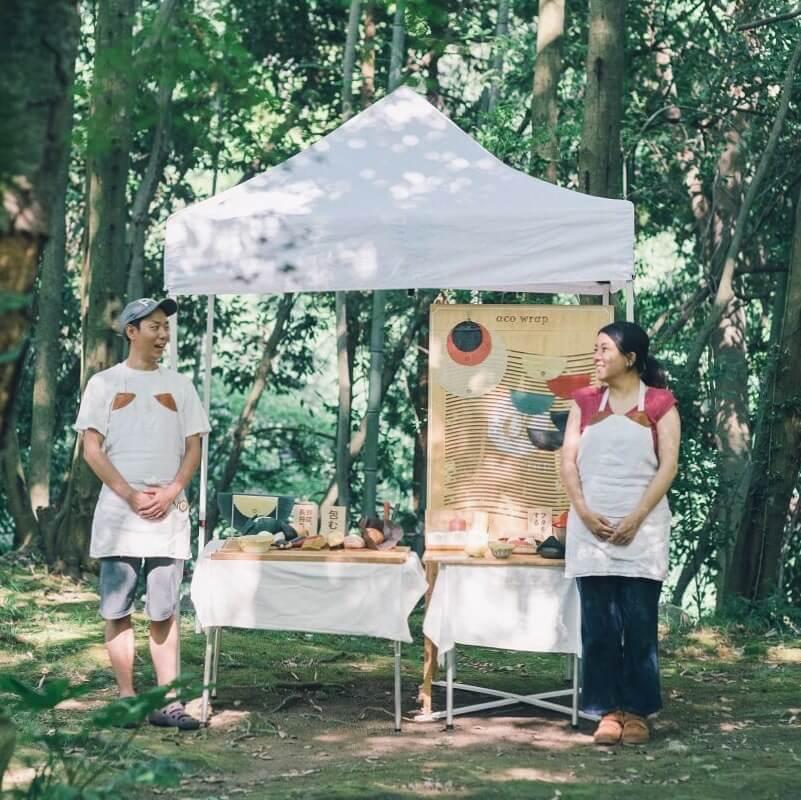 森の中のテントでのみつろうラップの展示